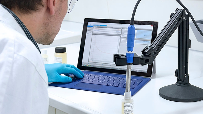Conveniently maintain and calibrate your COS81D sensor in the laboratory with Memobase Plus CYZ71D.